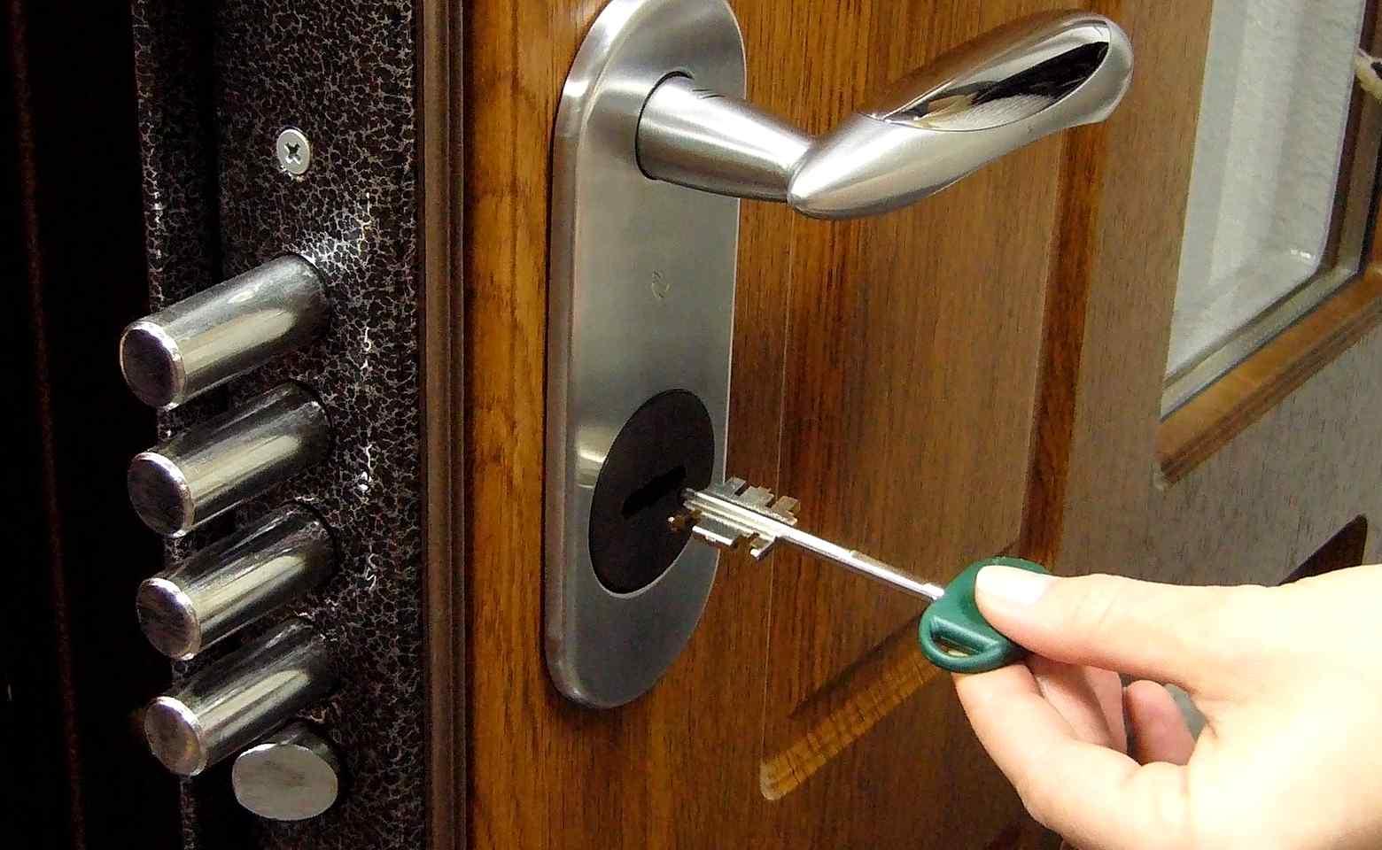 Замена замков в металлической двери выезд мастера