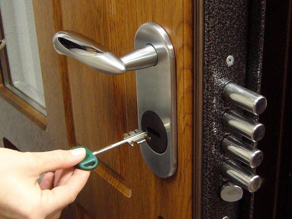 Установка дверных личинок