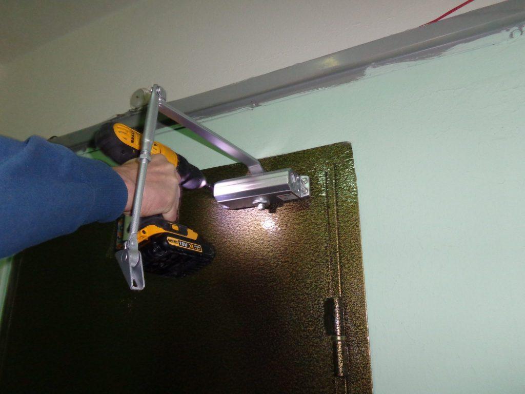 Установка и регулировка доводчика на дверь Фото 7