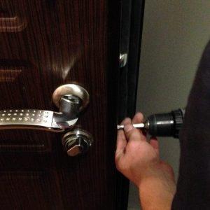 Ремонт металлических дверей на месте