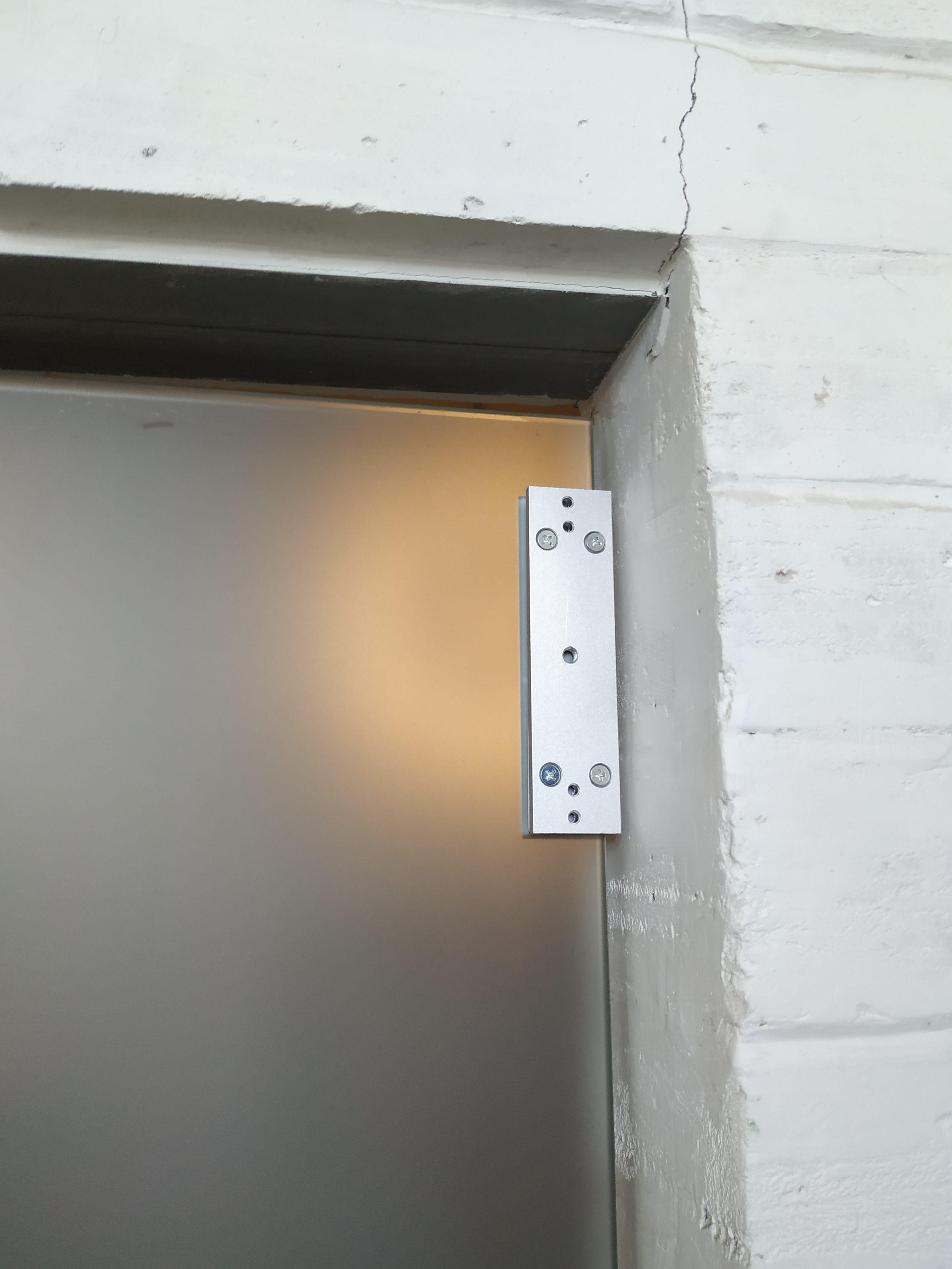 Установили кодовый замок на стеклянную дверь