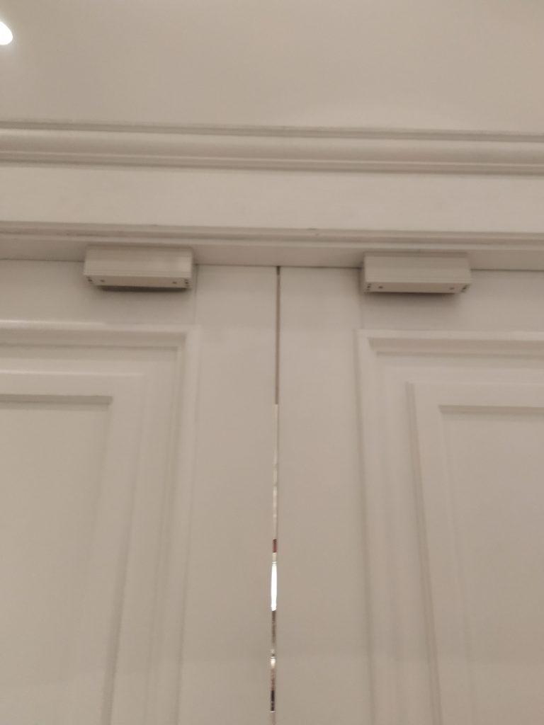 Установка двух магнитных замков в ресторане